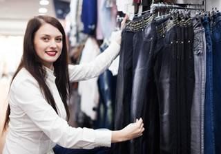 servicio al cliente en una tienda de ropa